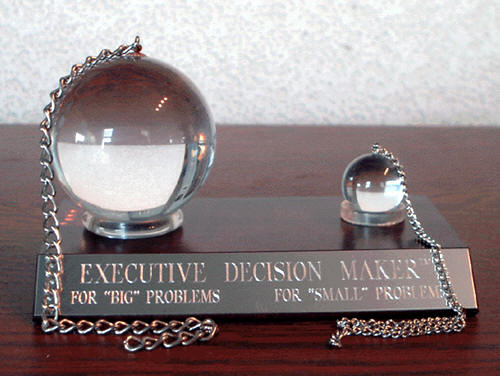desk set with pendulums and pen